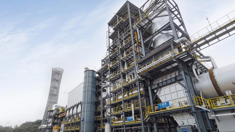 """12月22日上午,由广汽集团承办的广州市废弃物安全处置中心二期项目竣工活动在广州市白云区钟落潭镇举行。该项目占地500亩,以""""国内领先、优于欧标""""的标准建成,年处置危险废物18.3   万吨。"""