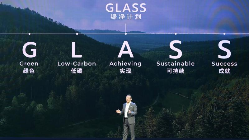 """4月19日,在第十九届上海国际车展媒体日,广汽集团重磅发布助力国家实现""""两碳""""目标的 """"GLASS绿净计划""""(Green Low-carbon for Achieving Sustainable Success)。广汽研究院发布""""钜浪动力""""品牌升级的成果—— 混合动力""""绿擎技术"""",广汽传祺GS4 PLUS全新亮相,广汽埃安AION Y正式上市并公布价格。"""